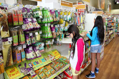 Zwierzę domowe produkty w zwierzę domowe supermarkecie Zdjęcie Royalty Free