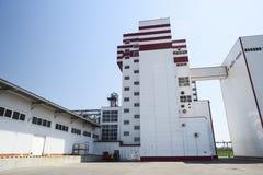 Zwierzęcej karmy fabryka Nowożytny przemysłowy budynek w słonecznym dniu Zdjęcie Stock