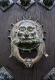 Zwierzęcy drzwiowy knocker na nieociosanym drzwiowym drewnianym drzwi Zdjęcia Royalty Free