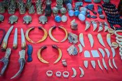 Zwierzęcy ` s fang amulet dla sprzedaży Pamiątki robić zwierzęca ` s kość i ząb dla sprzedaży jako amulet przy Kambodża granicą w zdjęcie royalty free