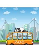 Zwierzęta i autobus Obraz Royalty Free