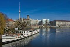 Zwilżacza starzy wycieczkowi stojaki na połów wyspie w Niemieckim kapitale Berlin obrazy royalty free