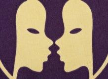 Zwilling-Tierkreissymbol gedruckt auf Gewebe lizenzfreie stockfotografie