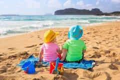 Zwillinge auf den Strandurlauben Lizenzfreies Stockbild