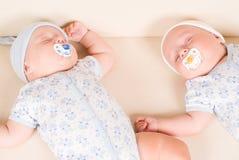 Zwillinge, die auf Sofa schlafen Lizenzfreie Stockfotos