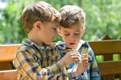 Zwillinge, die Eiscreme essen Stockfoto