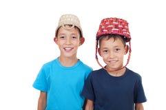 Zwillinge, die mit Weidenkörben spielen Lizenzfreies Stockfoto