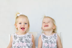 Zwillinge, die Spaß haben Stockbilder