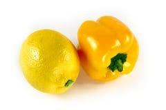 Zwillinge - gelber Paprika und Zitrone Stockbild