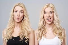Zwillinge im Studio Stockfotos