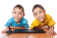 Zwillinge mit Computermaus und -tastatur Stockfotografie