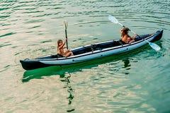 Zwillingsschwestern in einem Kanu auf dem Fluss in Ada Bojana, Montenegro Lizenzfreies Stockfoto