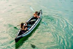 Zwillingsschwestern in einem Kanu auf dem Fluss in Ada Bojana, Montenegro Lizenzfreie Stockbilder