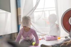 Zwillingsspiel mit einem Vorhang stockfoto