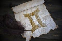 Zwillingszeichen des Tierkreises auf Weinlesepapier mit altem Stift auf dem hölzernen Schreibtisch lizenzfreies stockfoto
