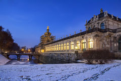 宫殿Zwinger的夜场面在德累斯顿 库存照片
