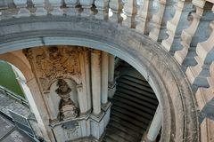 Zwinger美术画廊和博物馆老anciant曲拱和楼梯在德累斯顿,德国 库存图片