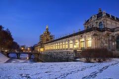 Место ночи дворца Zwinger в Дрездене стоковые фото