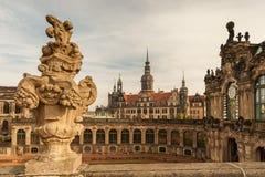 Zwinger en kasteel in Dresden Duitsland in de herfst stock afbeelding