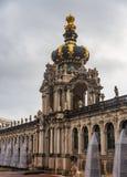 Zwinger - komplexe XVIII-XIX Jahrhunderte des Palastes und des Parks Das Kronentor-Tor-Kronen-Tor ist der Haupteingang zum Zwinge lizenzfreies stockbild