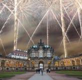 Zwinger-Palast (Der Dresdner Zwinger) und Feiertagsfeuerwerke, Dresden, Deutschland Lizenzfreies Stockfoto