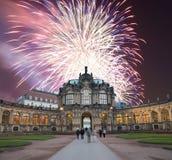 Zwinger-Palast (Der Dresdner Zwinger) und Feiertagsfeuerwerke, Dresden, Deutschland Lizenzfreie Stockfotos