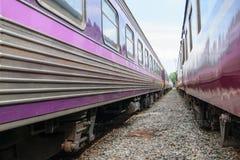 Zwischen Blockwagen des thailändischen Zugs Stockfotos