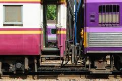 Zwischen Blockwagen des thailändischen Zugs Stockbild