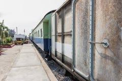Zwischen Blockwagen einer allgemeinen thailändischen Zug-Eisenbahn Stockfotografie