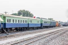 Zwischen Blockwagen einer allgemeinen thailändischen Zug-Eisenbahn Lizenzfreie Stockfotografie