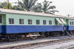 Zwischen Blockwagen einer allgemeinen thailändischen Zug-Eisenbahn Stockfoto