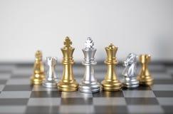 Zwischen dem König und der Armee auf dem Schachbrett Stockbild