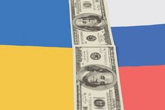 Zwischen den Flaggen von Russland und Ukraine sind Banknoten von dol 100 Stockbilder