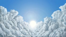 Zwischen den Wolken zum Sonnenvektor lizenzfreie abbildung