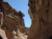 Zwischen einem Felsen und einem anderen Felsen Lizenzfreies Stockbild