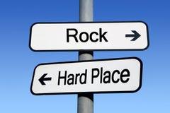 Zwischen einem Felsen und einem harten Platz. Stockfoto