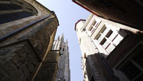 Zwischen mittelalterlichen Gebäuden stock footage