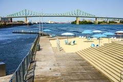 Zwischen Stadt und Fluss Lizenzfreie Stockbilder