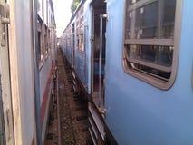 Zwischen strossenweise gewonnen zwei Zügen lizenzfreie stockbilder