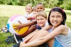 Zwischen verschiedenen Rassen Gruppe Kinder als Freunde stockbild