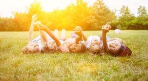 Zwischen verschiedenen Rassen Gruppe Kinder als Freunde im Sommer lizenzfreie stockfotos