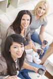 Zwischen verschiedenen Rassen Gruppen-Frauen-Freunde, die Wein trinken Lizenzfreies Stockfoto