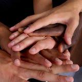 Zwischen verschiedenen Rassen Hände Lizenzfreie Stockfotos