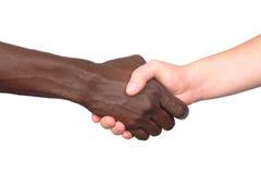 Zwischen verschiedenen Rassen Händedruck Lizenzfreie Stockbilder