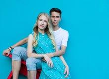 Zwischen verschiedenen Rassen junge Paare in der Liebe im Freien Erstaunliches sinnliches Porträt im Freien von den jungen stilvo Lizenzfreie Stockfotos