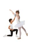 Zwischen verschiedenen Rassen Kinder, die zusammen tanzen Stockbilder