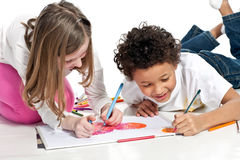 Zwischen verschiedenen Rassen Kinder, die zusammen zeichnen Stockfotos