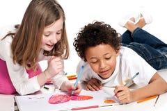 Zwischen verschiedenen Rassen Kinder, die zusammen zeichnen Stockbilder