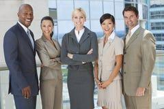 Zwischen verschiedenen Rassen Mann-u. Frauen-Geschäfts-Team Lizenzfreie Stockbilder