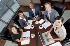 Zwischen verschiedenen Rassen Mann-u. Frauen-Geschäfts-Team-Sitzung Stockfotografie